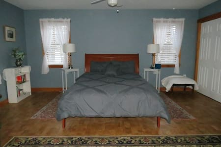 Bright and warm newly renovated studio apartment - Dover
