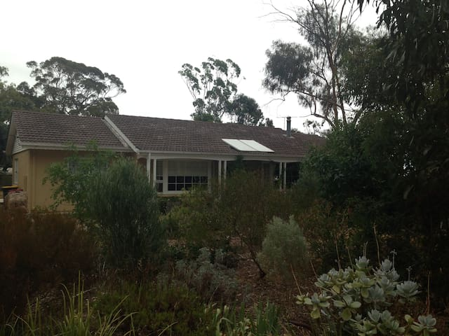 private room in quiet family reat - McLaren Vale - House