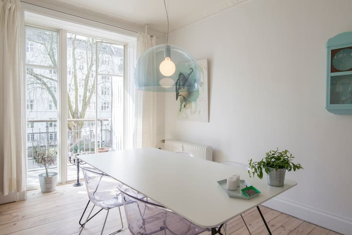 Bright and airy diningroom with access to the balcony