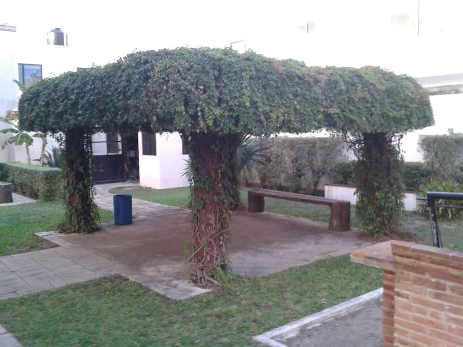 Kiosco con asador y jardin en area comun