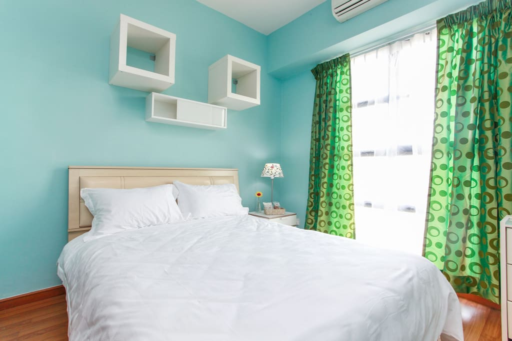 Calming blue room with a Queen sized bed & soft linen ....