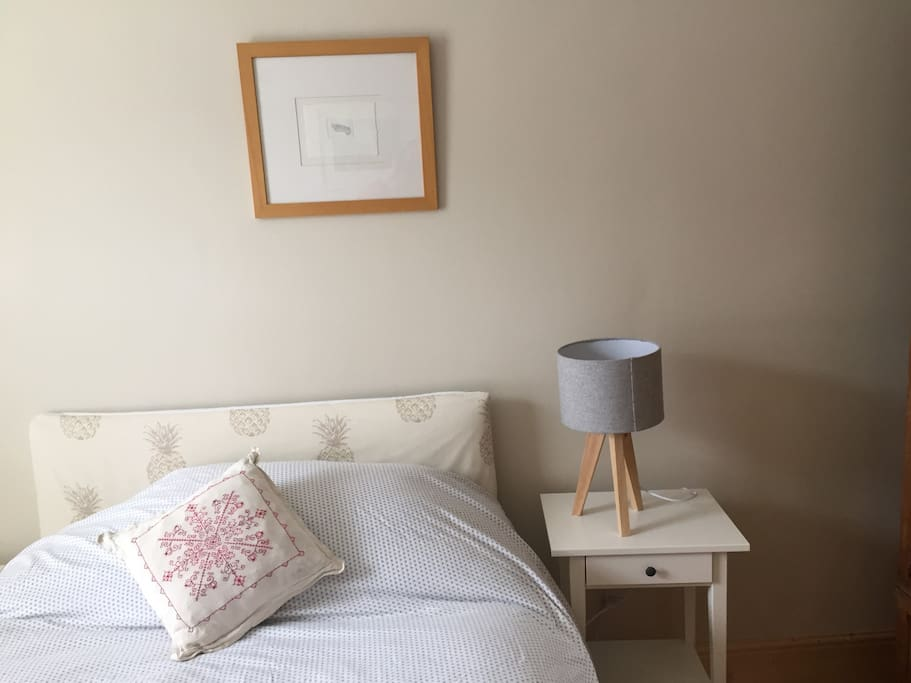 Airy and bright double bedroom with wardrobe, lockers, lamps and cotton linen