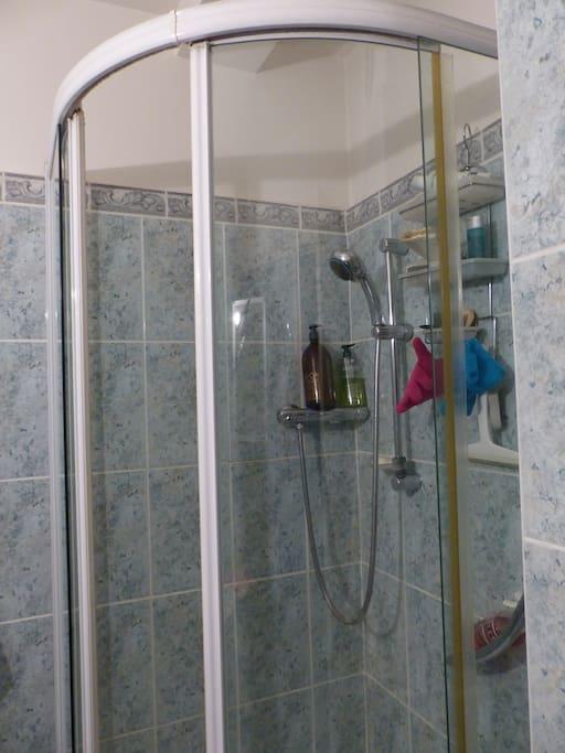 salle de bain à disposition shampoing et gel douche de qualité