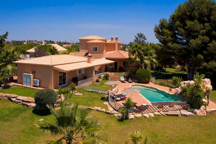 Villa Concha - Wonderful 6 bedroom villa, fenced in pool, outside bar, close to amenities