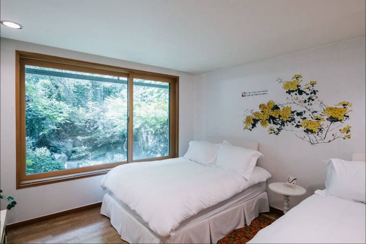 Garden view room with two queen sized bed at 1st floor 两个大床具有的可看花园的房间@ Hongdae 弘大