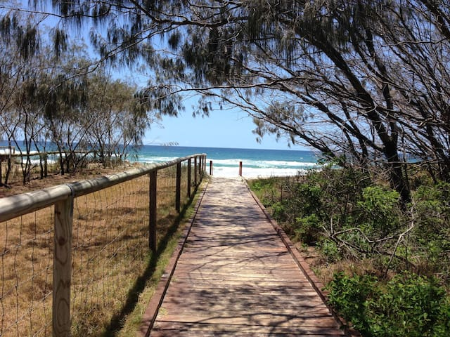 2-Bed Apt Across Rd from the Beach - Broadbeach - Daire