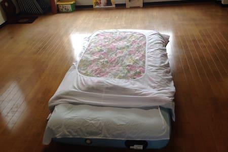 大広間のフローリングで大人数やファミリーでも大丈夫です!! - Nagoya minamiku - Bed & Breakfast