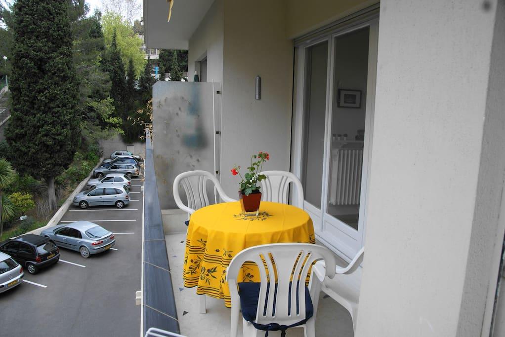 piccolo terrazzo abitabile e silenzioso,possibilita' di parcheggio interno