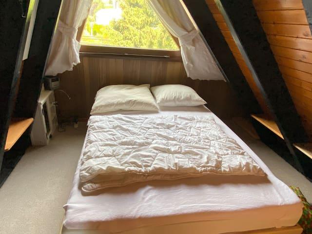 Schlafzimmer 2 mit einem Bett 140 × 200 ( bei Belegung ab 2 Personen)