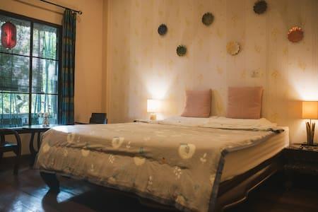 清迈巧荷民宿(棕色大床房)ThaiQoHo Guesthouse