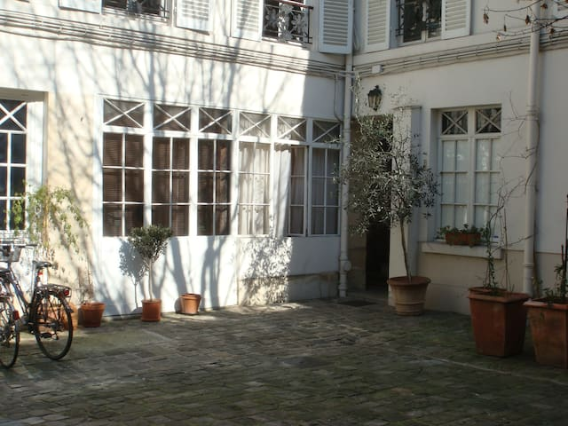"a'feel-good' place"" heart of Marais"