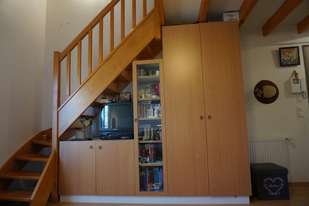 En face du canapé, l'escalier qui mène à la mezzanine