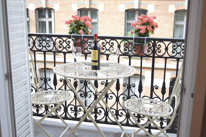 Cosy apartm, balcony, Tour Eiffel, Arc de Triumph