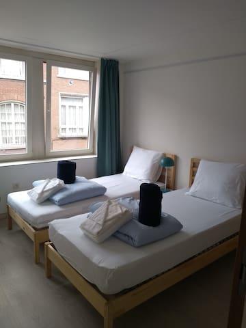 de tweede slaapkamer met 2 enkele bedden