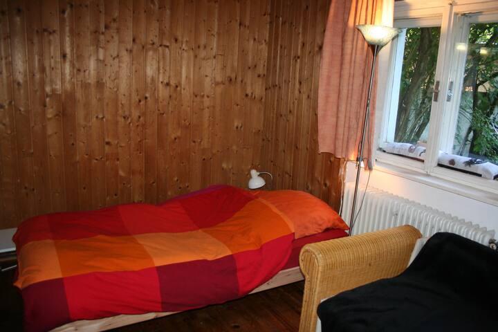 Zimmer in altem Haus, 10 min vom Zentrum