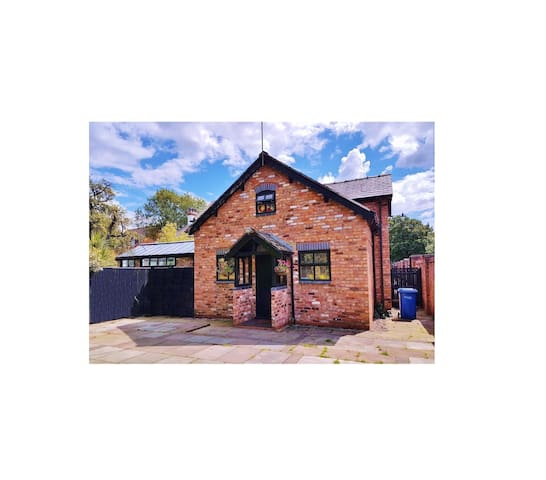 Charming Cheshire Country Cottage in Lymm Village