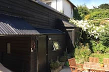 A quirky compact self contained barn, situated in the heart of Hatherleigh, with secure gated garden, ideal for storing bikes if required. close to  all amenities, and perfectly situated to explore Devon and Cornwall and the national cycle route.