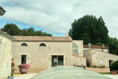 gite chambres d hotes - Saint-Hippolyte - Дом