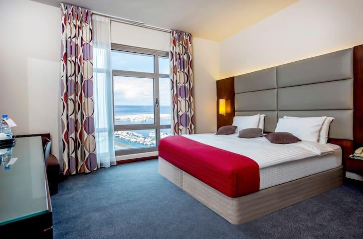 King or Twin Bedroom (Monroe Hotel)