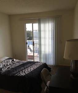 Safe shiny clean bedroom - Anaheim - Apartment
