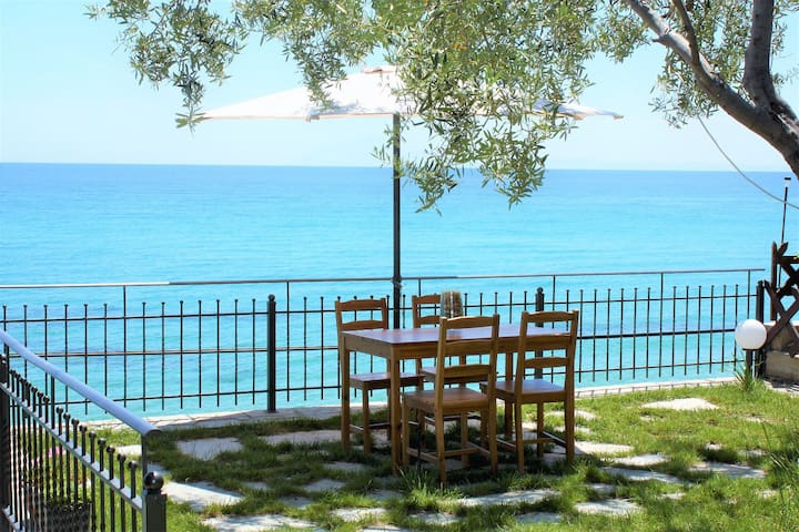 Wooden Cottage,Front Yard,10mt From Sea, Kavala