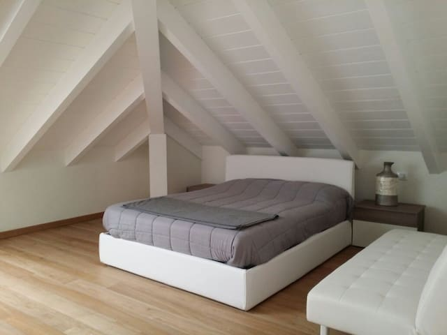 Large white room in Modern Attic near Milano - Abbiategrasso - Appartement