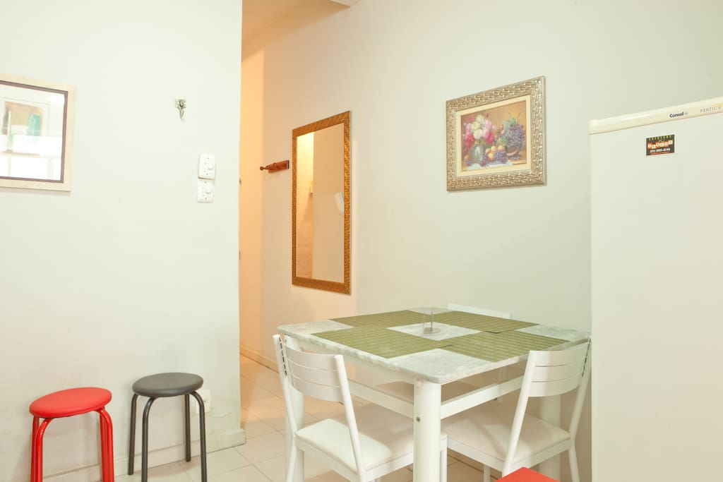 FREE WIFI, walking distance from the beach, located on the best area of Copacabana. Building with 24hrs doorman It fits up to 4 people/Cabem até 4 pessoas