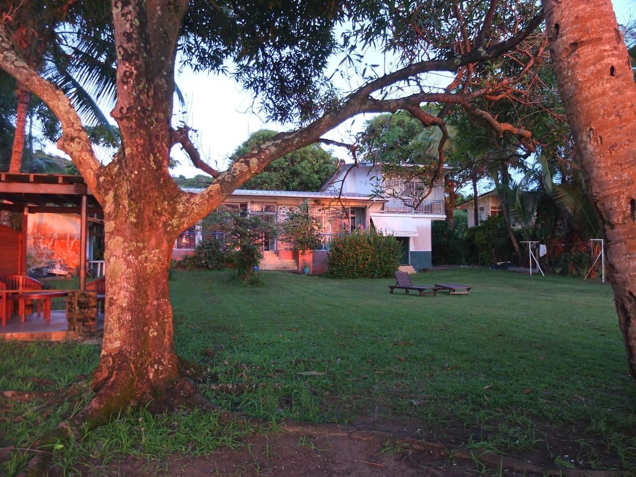Lever de soleil sur la maison et le jardin