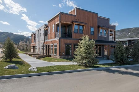 **NEW** Unit 207 - Loft Steps From Downtown & Lake
