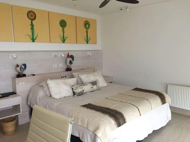 Cálido dormitorio principal en suite con escritorio con vista panorámica privilegiada