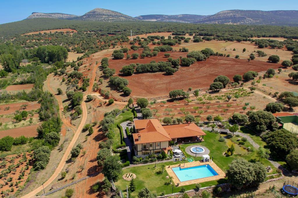 La calandria 20p piscina padel casas de campo en for Piscina coberta cervera