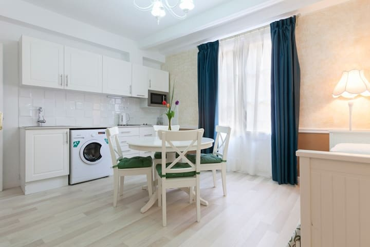 The Cozy apartment in heart of Barcelona!WIFI FREE