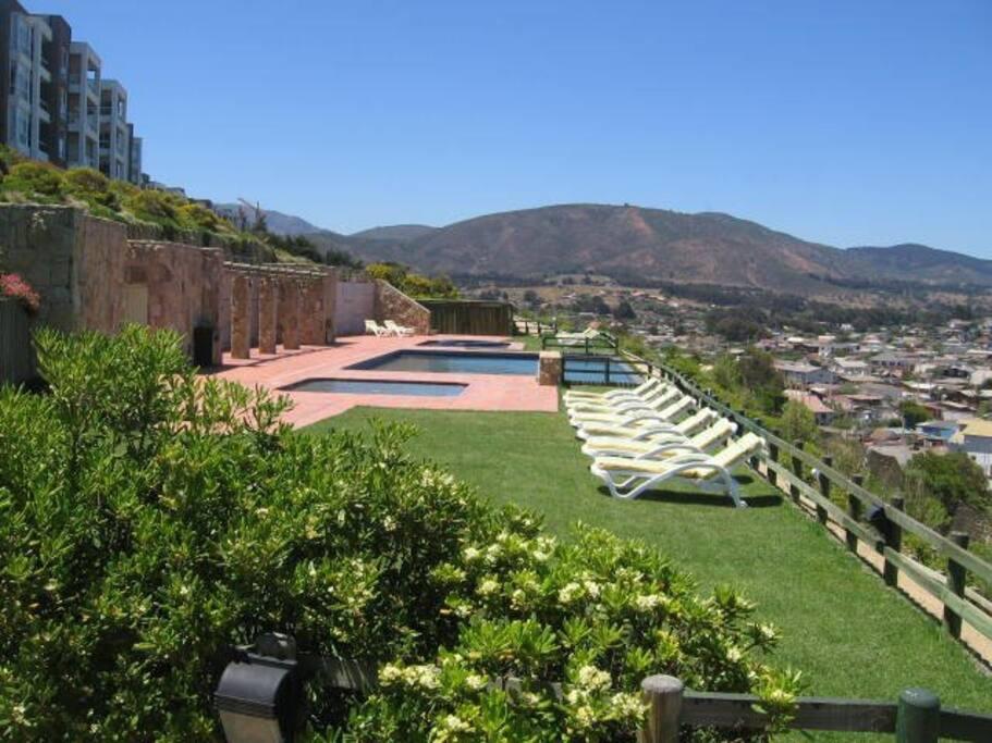 Piscinas del condominio. Hay dos complejos de piscinas y temperada en invierno.