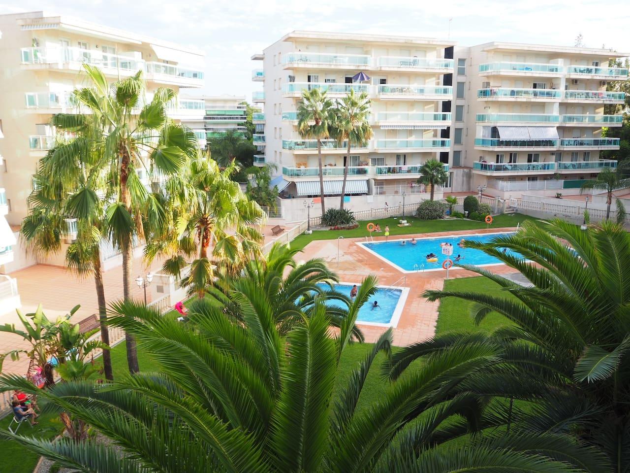 Vistas desde la terraza del apartamento a las piscinas comunitarias.