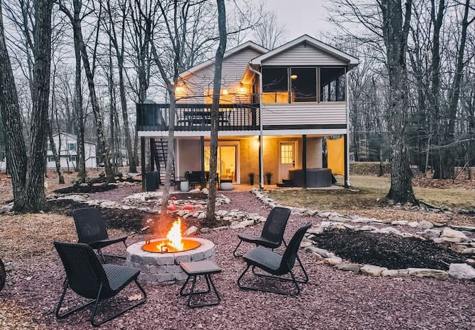 SP - Lakefront /Scandi/ Hot Tub/ Deck and Firepit/ 5 minutes to Kalahari