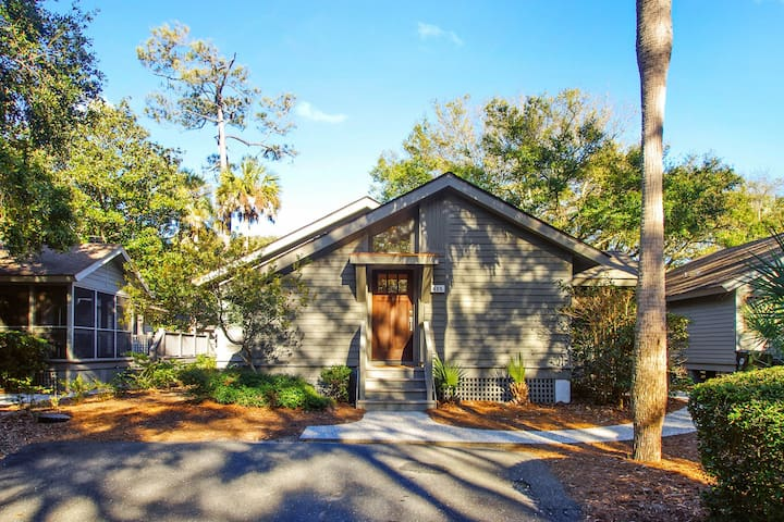 Renovated cottage w/ deck & screened porch - walk 150 yards to the beach!