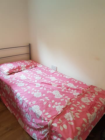 One bed in twinroom near Canada water for a female
