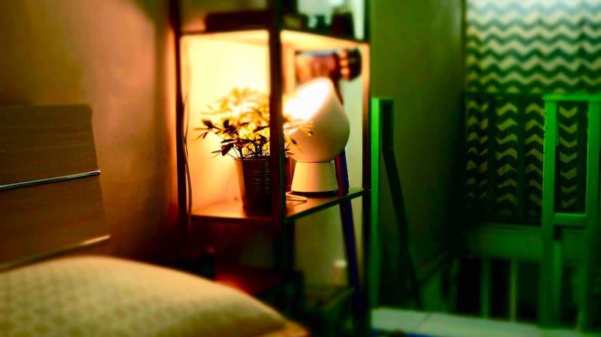 小落地灯营造温馨氛围。