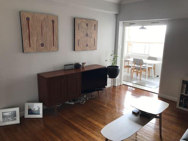 Beautiful top floor art deco apartment with views - Elizabeth Bay - Apartment