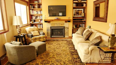 Cozy Condo in Warm Springs (5 minutes bus to SKI!)