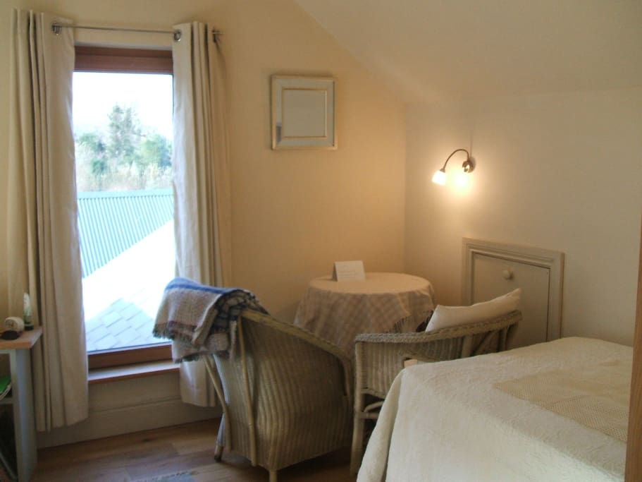 a second bed, single bed has been added to this double room. it can now be used as a twin room or for 3 persons