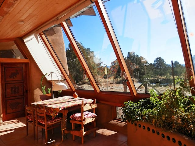 EARTHSHIP, A GREEN OASIS BY TAOS - Carson - Hus