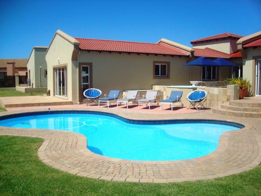 Swimming Pool with 4 Pool loungers