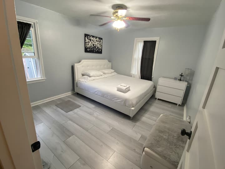 Beautiful room w/ King bed, 10 min to Capitol