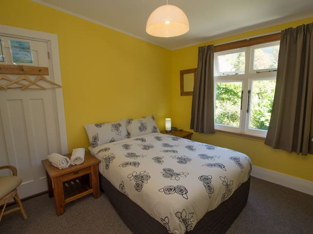 Charming, Bright Double Room - Anakiwa - House