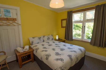 Charming, Bright Double Room - Anakiwa