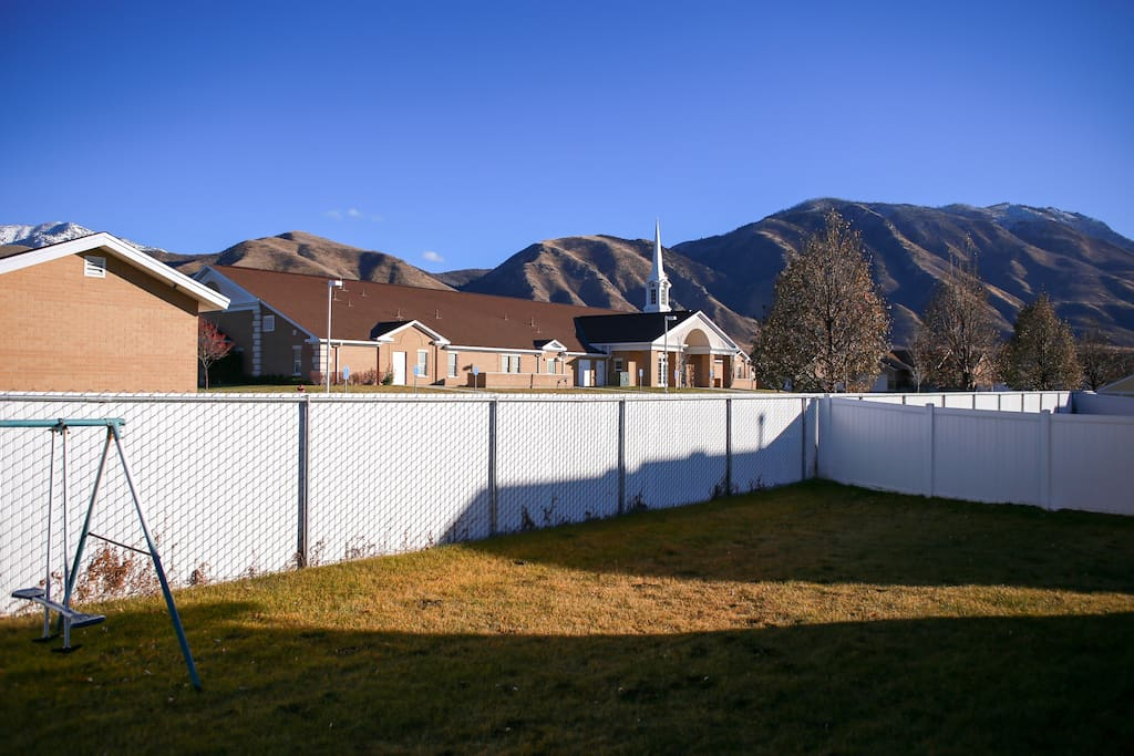 Spacious yard! Views of the mountains, minutes from the Nebo Loop