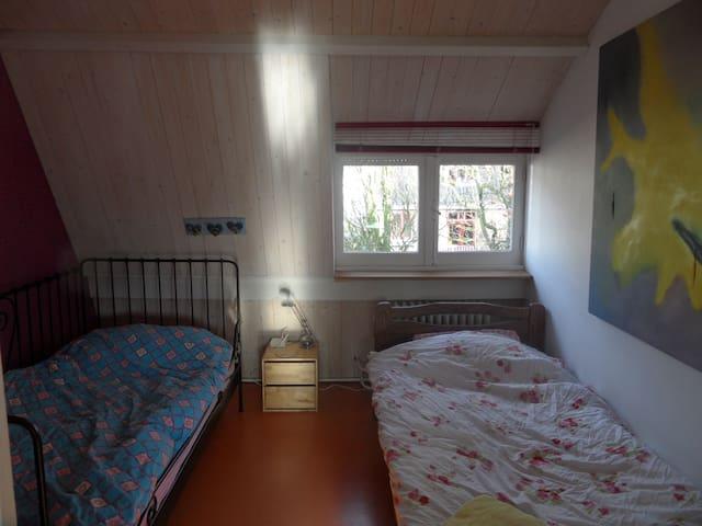 slaapkamer met 2 1 persoonsbedden