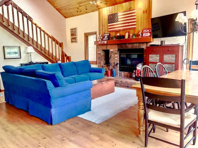 MWP62: Mount Washington Place Townhome with great slope views, fireplace, large deck with grill, yard, and ping pong table! Free shuttle to skiing and Mount Washington Hotel. DISCOUNTED COG TICKETS AND GROCERY DELIVERY!