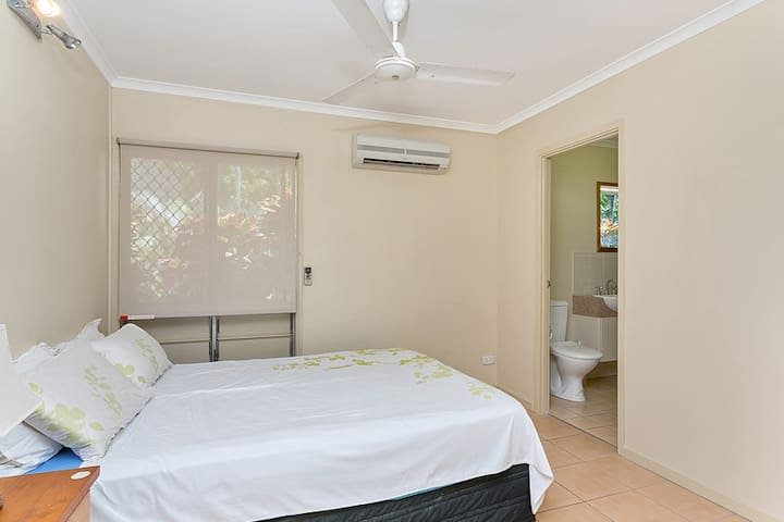 Room with ensuite in large house - Palm Cove - Casa